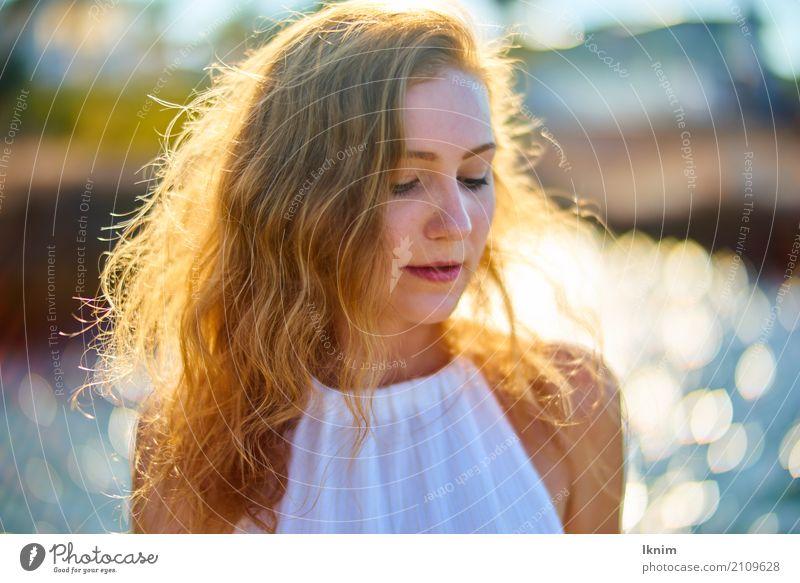 Sommersehnsucht feminin Junge Frau Jugendliche 1 Mensch 18-30 Jahre Erwachsene Coolness elegant Erotik nachdenklich schön rothaarig Sommerurlaub Porträt