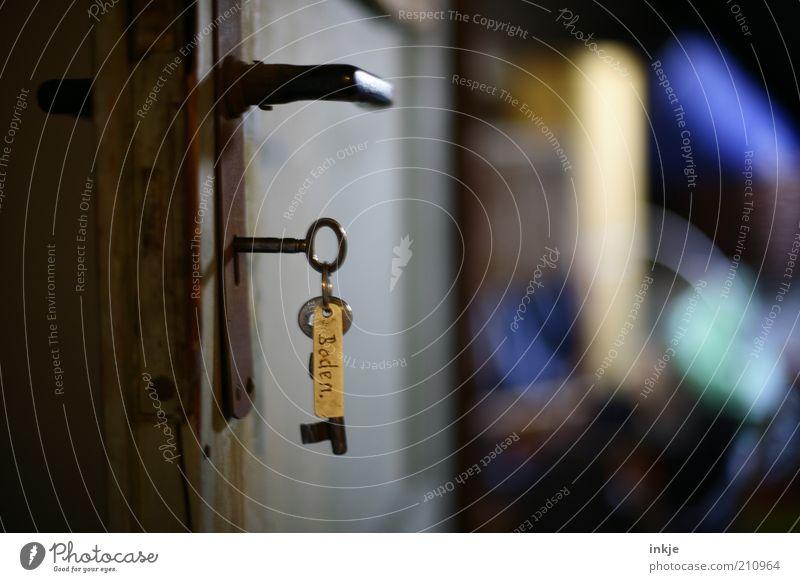 der Schlüssel zu alten Geschichten Tür offen geheimnisvoll Vergangenheit Rost Erwartung Griff Dachboden aufmachen Schlüsselanhänger Kammer Türschloss