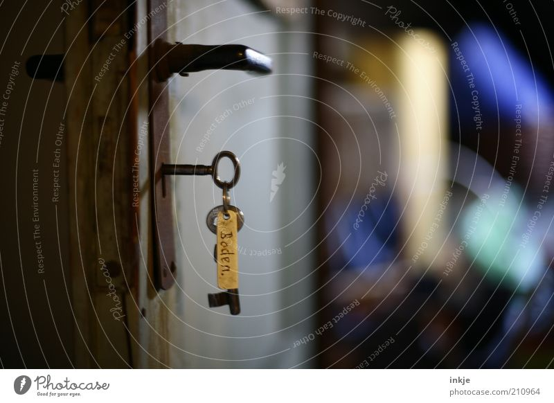 der Schlüssel zu alten Geschichten alt Tür offen geheimnisvoll Vergangenheit Rost Schlüssel Erwartung Griff Dachboden aufmachen Schlüsselanhänger Kammer Türschloss