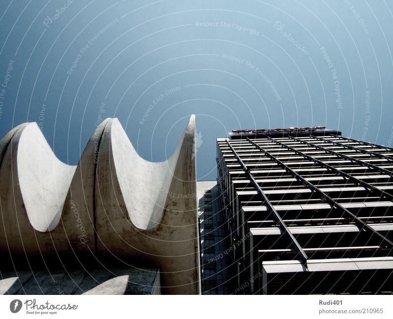 Grundsatzentscheidung alt Haus Berlin Gebäude hell Architektur Beton Hochhaus Fassade unten Bauwerk aufwärts Skulptur Geometrie Symmetrie