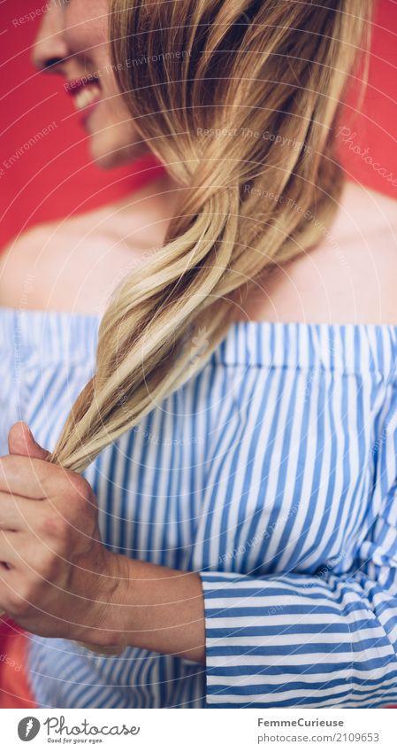Carmenbluse (14) Mensch Frau Jugendliche Junge Frau schön Hand rot 18-30 Jahre Erwachsene feminin Haare & Frisuren glänzend modern blond Lächeln festhalten