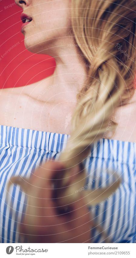 Carmenbluse (10) feminin Junge Frau Jugendliche Erwachsene Mensch 18-30 Jahre 30-45 Jahre schön Haare & Frisuren Zopf Hand gepflegt Bluse gestreift blau-weiß