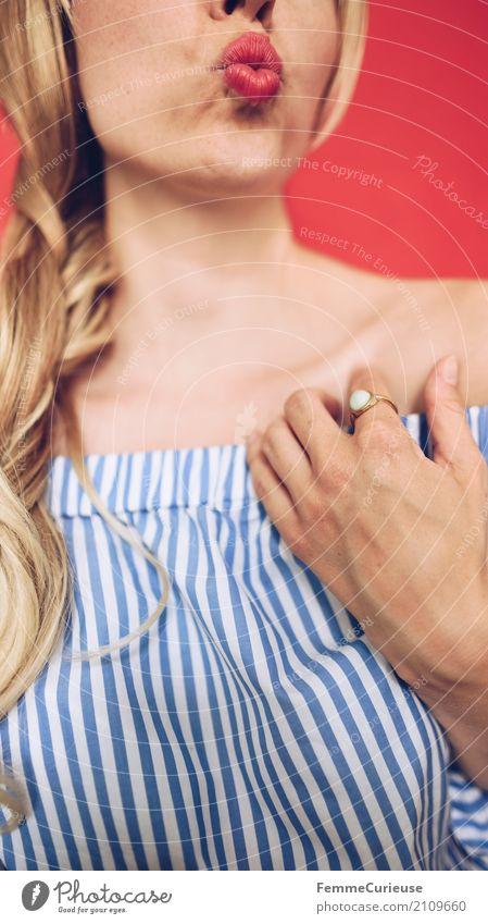 Carmenbluse (19) Junge Frau Jugendliche Erwachsene Mensch 18-30 Jahre 30-45 Jahre schön feminin Kussmund Küssen blond rot blau-weiß Bluse schulterfrei gestreift