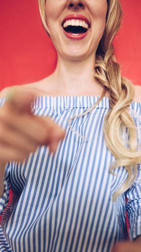 Carmenbluse (07) Mensch Frau Jugendliche Junge Frau 18-30 Jahre Erwachsene lustig feminin lachen blond Finger Mund Zähne zeigen Ärger Witz
