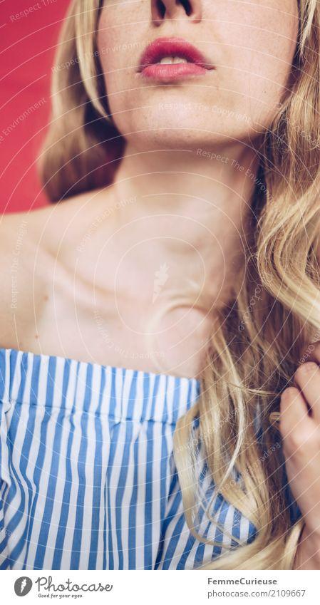 Carmenbluse (02) Mensch Frau Jugendliche Junge Frau schön rot 18-30 Jahre Erwachsene feminin blond Lippen Schulter Hals sommerlich verführerisch Lippenstift