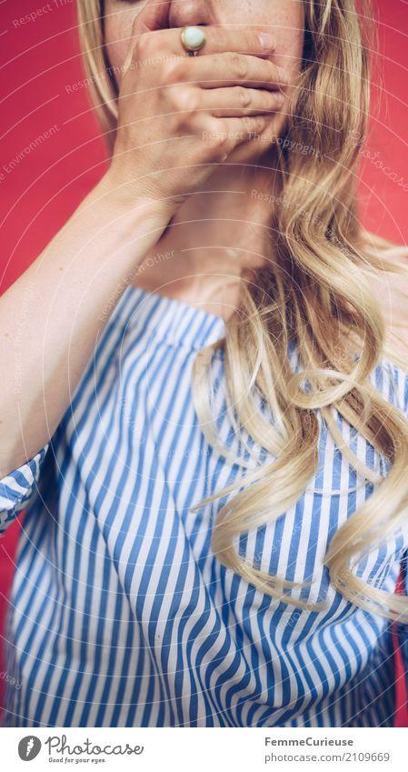 Carmenbluse (04) Mensch Frau Jugendliche Junge Frau Hand rot ruhig 18-30 Jahre Erwachsene feminin blond Telekommunikation Mund geschlossen Schutz geheimnisvoll