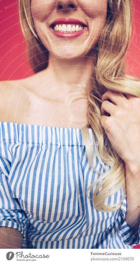 Carmenbluse (22) feminin Junge Frau Jugendliche Erwachsene 1 Mensch 18-30 Jahre 30-45 Jahre schön Zähne gepflegt weiß Bluse blau-weiß schulterfrei Schlüsselbein