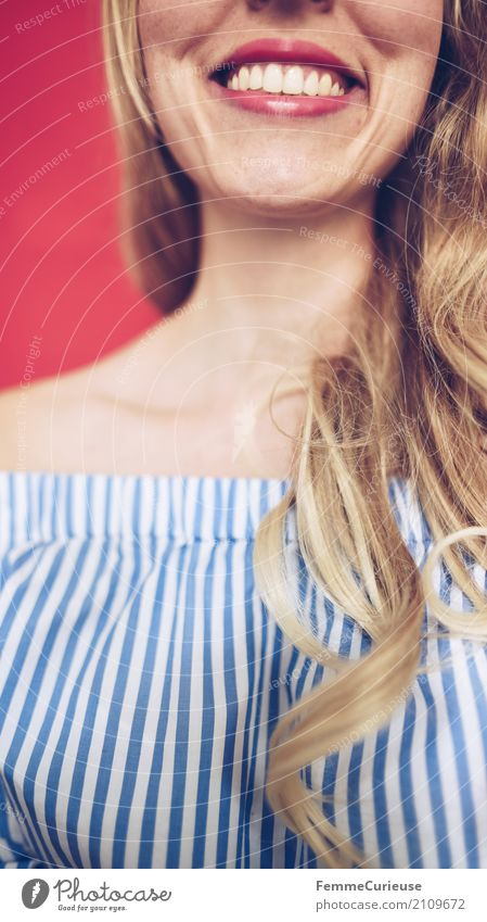 Carmenbluse (01) feminin Junge Frau Jugendliche Erwachsene Mensch 18-30 Jahre 30-45 Jahre schön Bluse schulterfrei Sommertrend trendy Mode gestreift blau-weiß