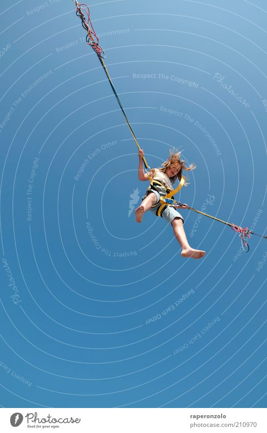 air Mensch Kind blau Sommer Freude Sport Freiheit oben springen Luft Kindheit Zufriedenheit hoch Seil Sicherheit einzigartig