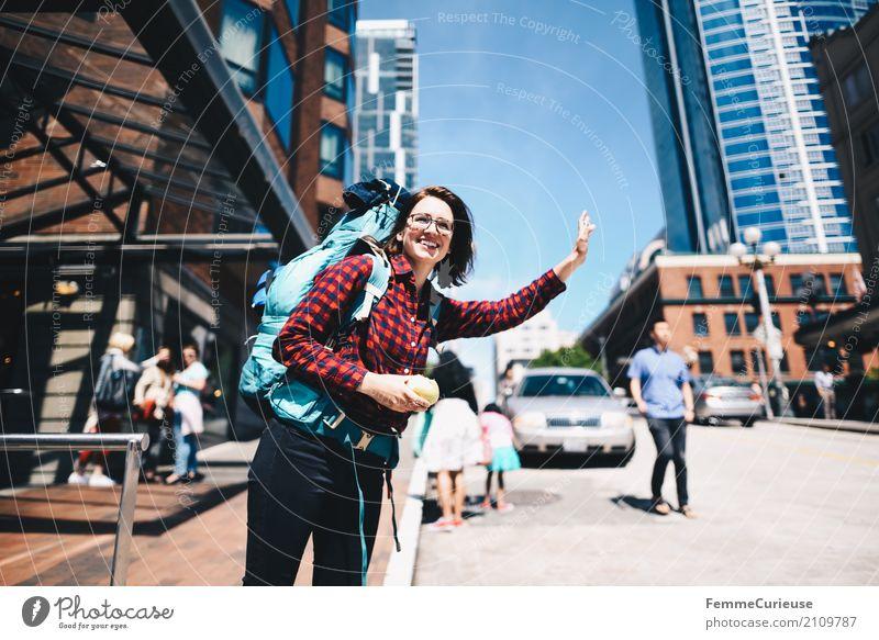 Roadtrip West Coast USA (231) feminin Junge Frau Jugendliche Erwachsene Mensch 18-30 Jahre 30-45 Jahre Abenteuer Taxi winken Rucksack Rucksacktourismus