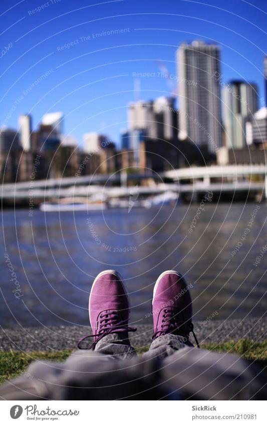 Standing Ferien & Urlaub & Reisen Städtereise Beine Fuß 1 Mensch Hafenstadt Skyline Hochhaus Mode Jeanshose Schuhe Erholung liegen schlafen violett Brisbane