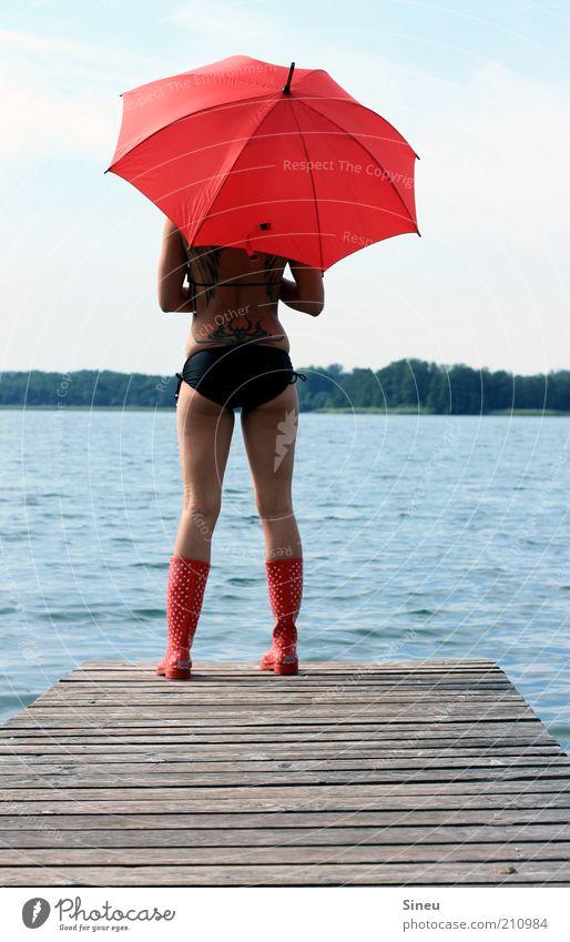 Das Wasser war viel zu tief. Tourismus Ferne Sommerurlaub feminin Frau Erwachsene Himmel Schönes Wetter See Bikini Regenschirm Gummistiefel beobachten entdecken