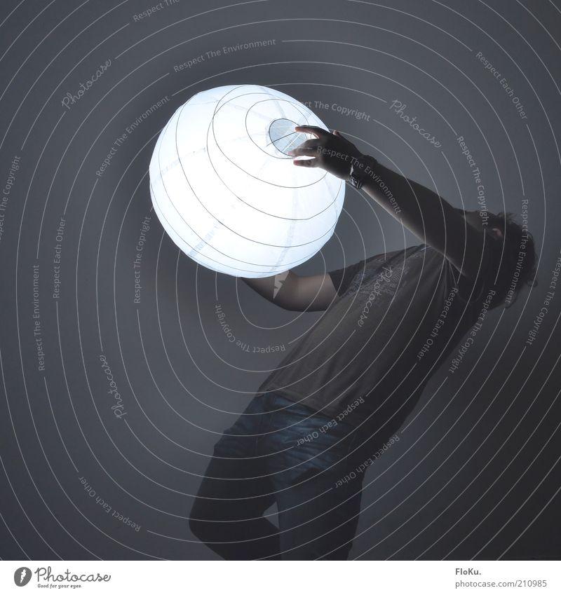 Whoa, zu hell! Mensch Mann weiß schwarz Erwachsene grau Bewegung maskulin stehen leuchten festhalten 18-30 Jahre Kugel skurril Strahlung