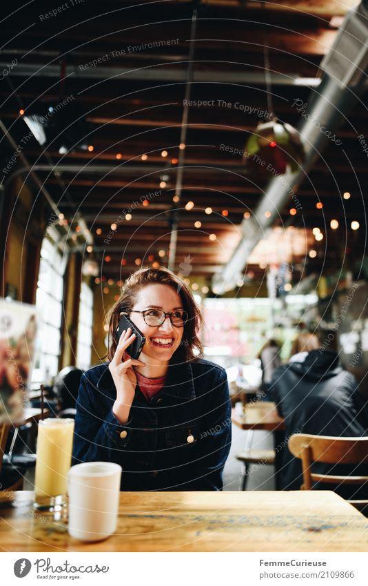 Roadtrip West Coast USA (241) Junge Frau Jugendliche Erwachsene Mensch 18-30 Jahre 30-45 Jahre Kommunizieren Telekommunikation sprechen Telefongespräch Handy