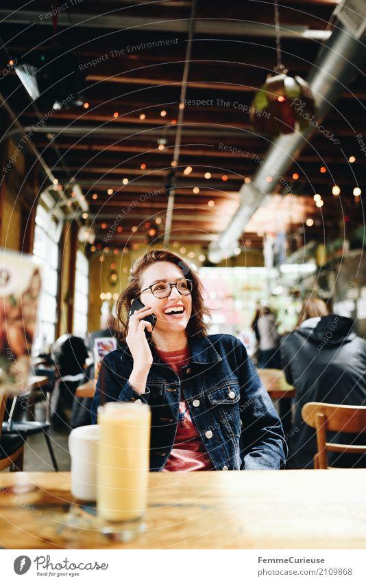 Roadtrip West Coast USA (235) feminin Junge Frau Jugendliche Erwachsene 1 Mensch 18-30 Jahre 30-45 Jahre Kommunizieren Handy Telefongespräch Telekommunikation