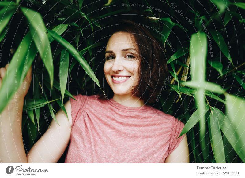 Roadtrip West Coast USA (154) Mensch Frau Natur Jugendliche Junge Frau schön rot 18-30 Jahre Erwachsene natürlich feminin Garten Park Sträucher Lächeln