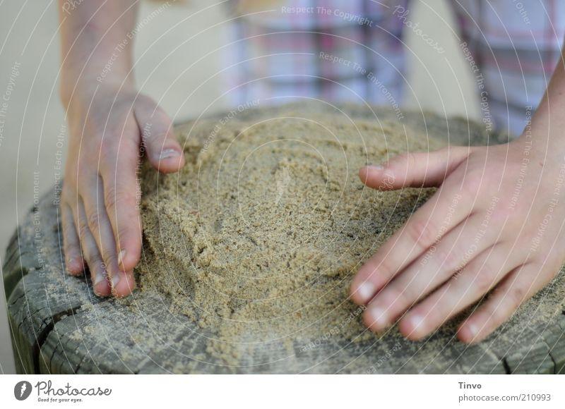 Mit Liebe backen. Spielen Hand Finger Kreativität Strukturen & Formen Sand Sandkuchen sorgsam Farbfoto Außenaufnahme Nahaufnahme Tag Vorbereitung Kinderhand