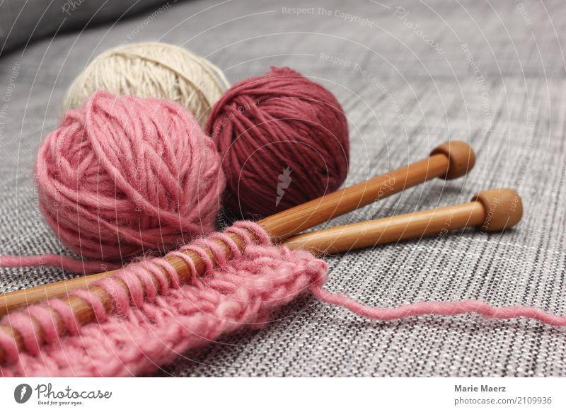 Das Strickzeug wartet II Erholung ruhig Holz rosa hell Freizeit & Hobby Kreativität authentisch einzigartig weich Ziel Gelassenheit Sofa Wolle Handarbeit