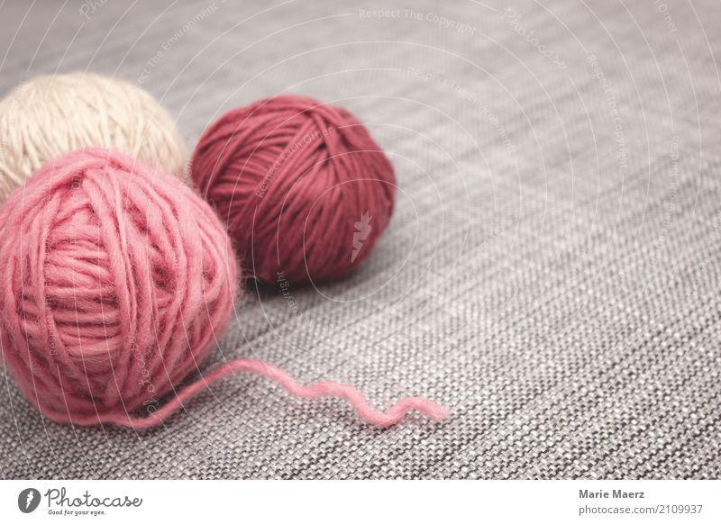 Das Strickzeug wartet Erholung ruhig grau rosa hell Freizeit & Hobby Zufriedenheit Kreativität authentisch Freundlichkeit weich geduldig Wolle Handarbeit