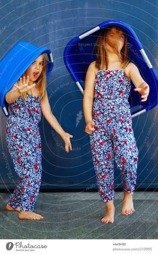Wash-Walk Stil Design Mensch Kind Mädchen 2 3-8 Jahre Kindheit Tanzen Show Mauer Wand Mode Kleid Hut blond langhaarig stehen außergewöhnlich blau Waschzuber