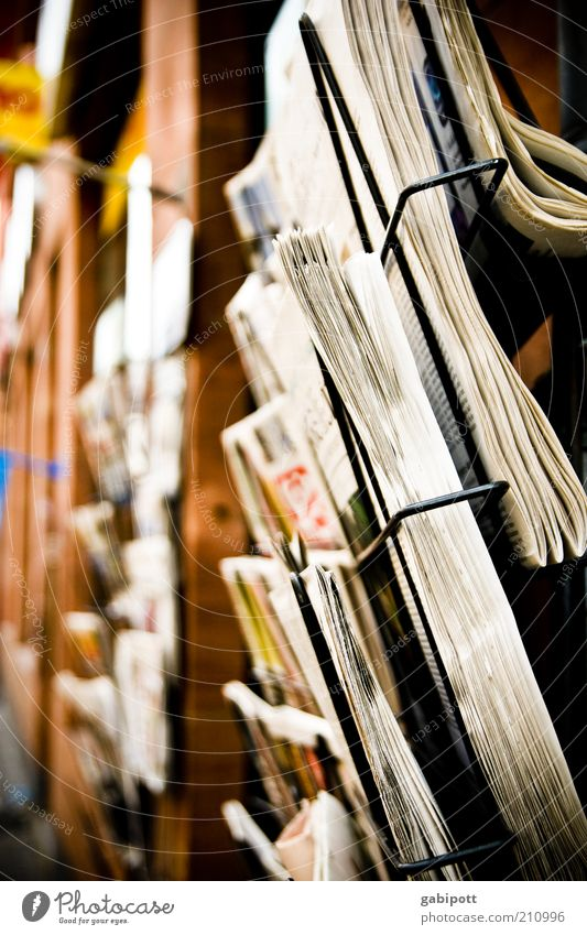 i read the news today ... weiß schwarz gelb Leben braun Kommunizieren Information viele Zeitung Medien Zeitschrift Printmedien Inserat Kiosk Druckerzeugnisse