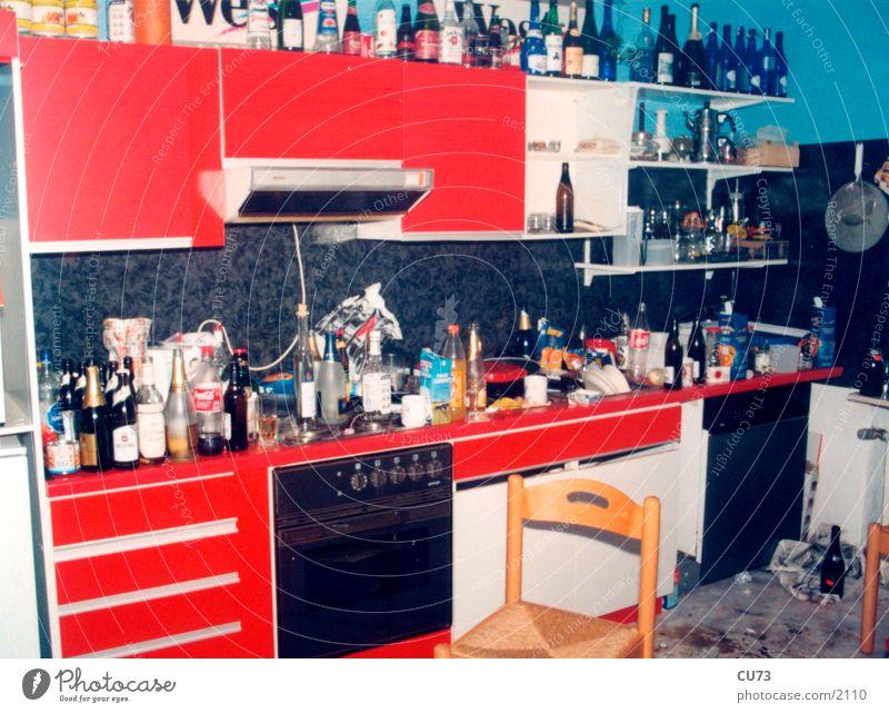 THE DAY AFTER 03 Party Flasche Küche unordentlich chaotisch der Morgen danach Häusliches Leben Menschenleer Müll