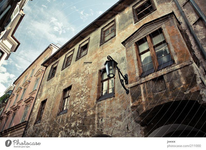 Kaufen. Stadt Altstadt Haus Mauer Wand Fassade Fenster alt dreckig blau braun Idylle Meran Laubengasse Erker Erkerfenster Bundesland Tirol Farbfoto