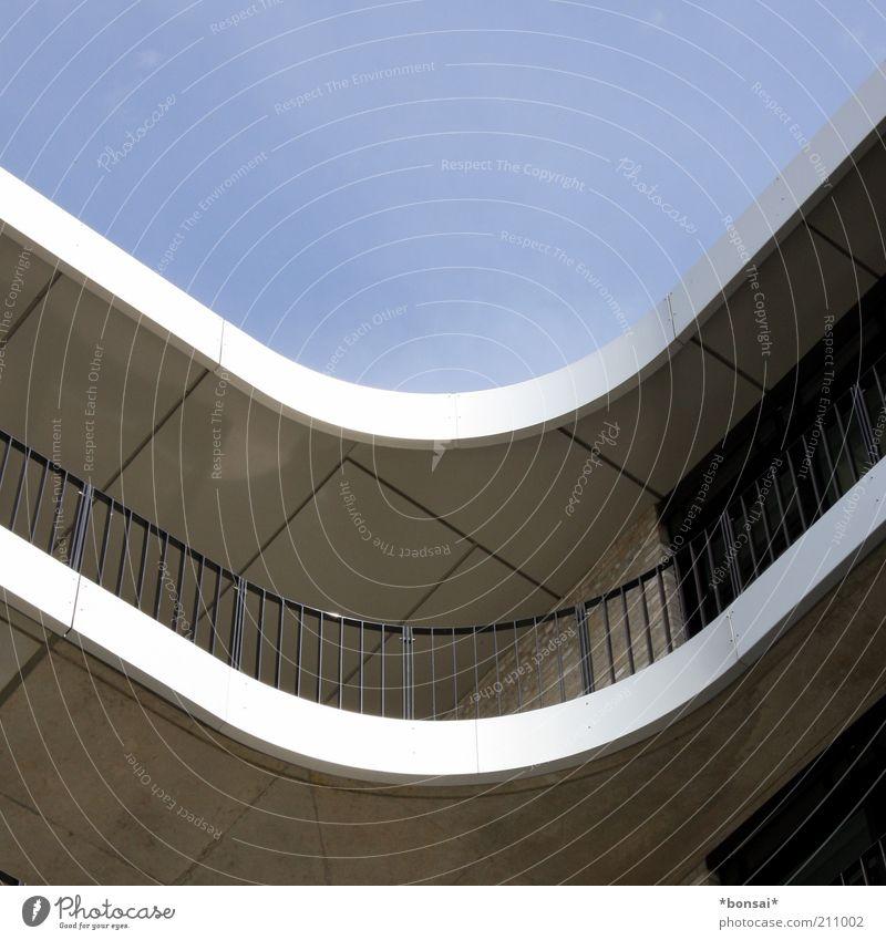 inne ecke wohnen Haus Schönes Wetter Bauwerk Gebäude Architektur Mauer Wand Fassade Balkon Fenster Dach trendy hoch modern oben rund Sicherheit Geborgenheit