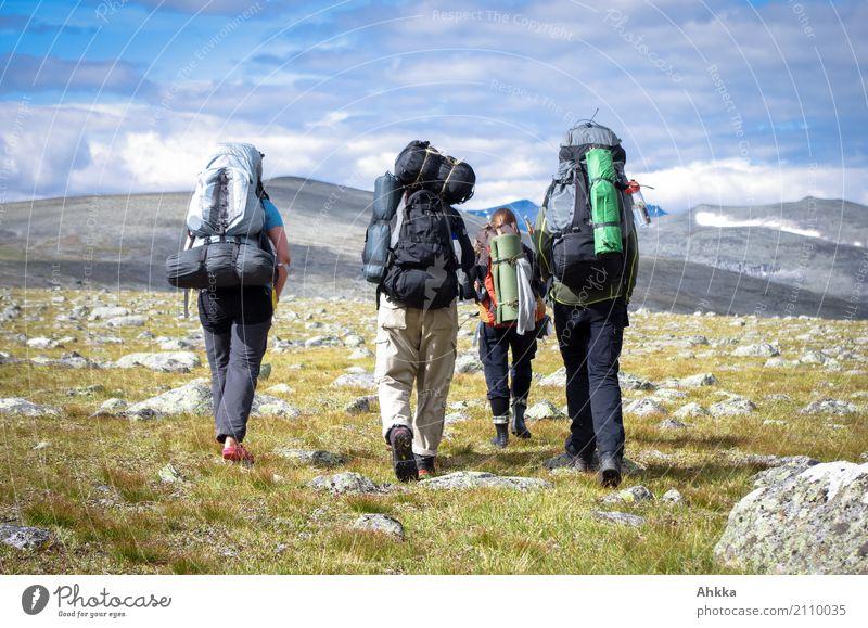 Junge Menschen mit großen Rucksäcken, Berge, Skandinavien Ferien & Urlaub & Reisen Abenteuer Ferne Freiheit Berge u. Gebirge wandern Leben 4 Natur Landschaft