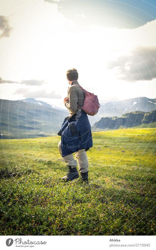 Junger Mann in grüner skandinavischer Berglandschaft Natur Ferien & Urlaub & Reisen Jugendliche Landschaft Ferne Berge u. Gebirge Religion & Glaube Wege & Pfade