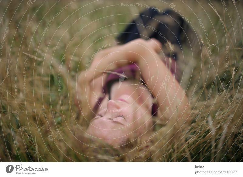 denk an dich II feminin Junge Frau Jugendliche 1 Mensch 18-30 Jahre Erwachsene 30-45 Jahre Natur Gras Wiese berühren Erholung festhalten genießen Liebe liegen