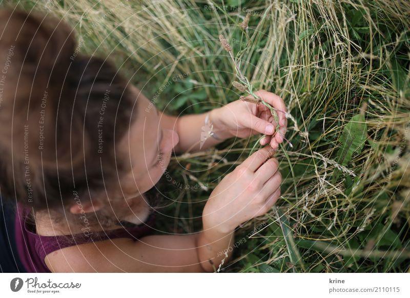 Sommertag Wohlgefühl Zufriedenheit Freiheit feminin Junge Frau Jugendliche 1 Mensch 18-30 Jahre Erwachsene 30-45 Jahre Wiese brünett Erholung liegen ästhetisch