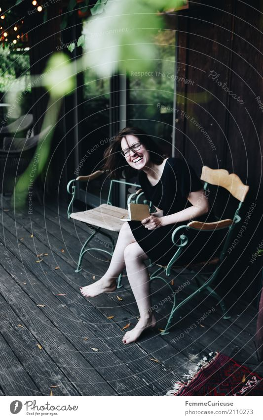 Roadtrip West Coast USA (220) feminin Junge Frau Jugendliche Erwachsene 1 Mensch 18-30 Jahre 30-45 Jahre schön Notizbuch Tagebuch Zettel Brille lachen Glück