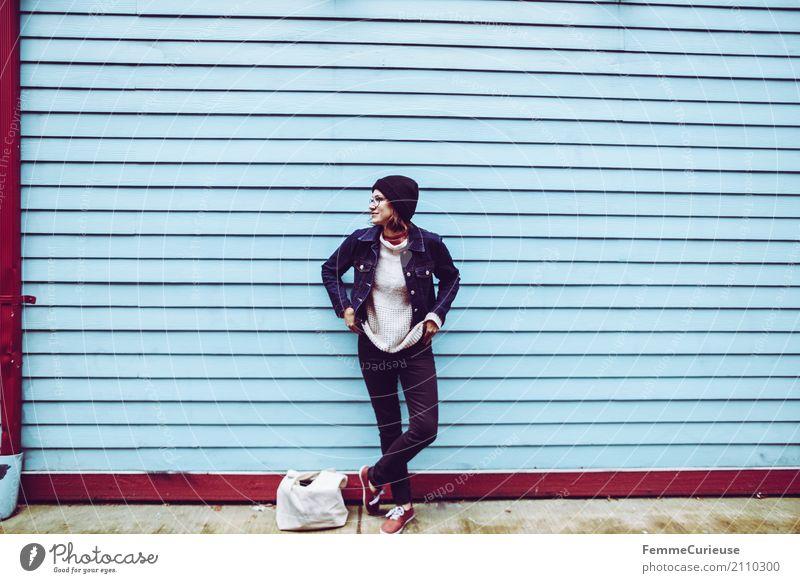 Young woman in front of blue wall feminin Junge Frau Jugendliche Erwachsene 1 Mensch 18-30 Jahre 30-45 Jahre Freizeit & Hobby Holzfassade Wand mehrfarbig blau