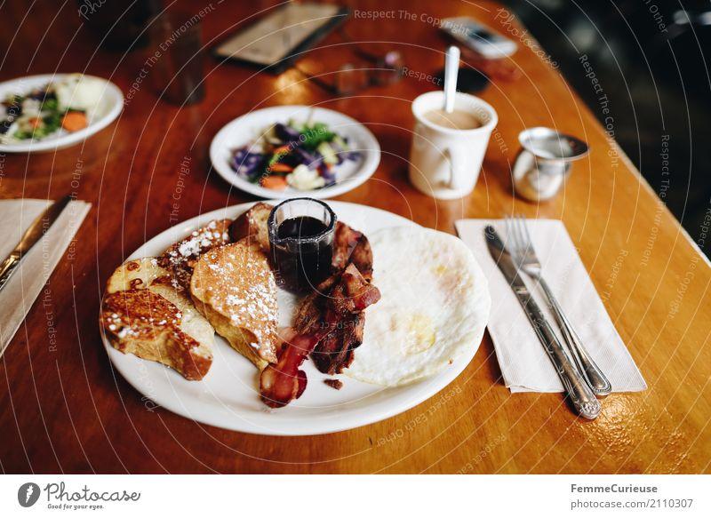 Roadtrip West Coast USA (205) Lebensmittel Ernährung genießen Bacon Speck french toast Toastbrot Französisch Sirup Kaffee Holztisch Frühstück Westküste Besteck
