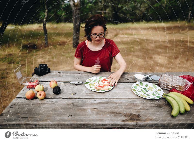 Roadtrip West Coast USA (214) Junge Frau Jugendliche Erwachsene Mensch 18-30 Jahre 30-45 Jahre Natur Camping Campingplatz Frühstück Frühstückstisch Holztisch