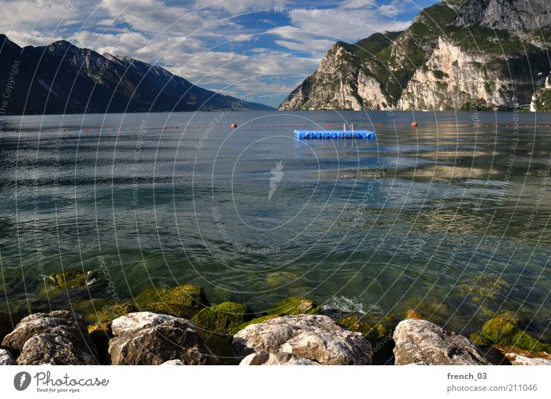 Keiner da Wasser Himmel blau Sommer Ferien & Urlaub & Reisen ruhig Wolken Ferne Berge u. Gebirge Freiheit See Landschaft Felsen Insel Italien Alpen
