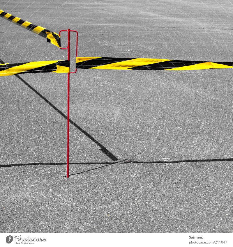 do not cross[Usertreffen FFM] Verkehrswege Straße Wege & Pfade Barriere gestreift Teer Asphalt Schatten Linie stoppen festgebunden geschlossen Farbfoto