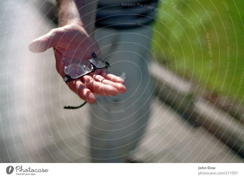 Lesehilfe gefällig? Mensch Hand Arme Finger Hilfsbereitschaft Brille analog Weisheit sozial geben Angebot Hilfsbedürftig Mitgefühl anbieten Brillenträger