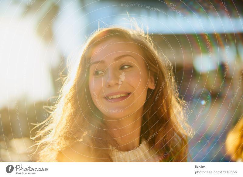 Sommerlachen schön Gesundheit Leben harmonisch Wohlgefühl Zufriedenheit Sinnesorgane feminin Junge Frau Jugendliche 1 Mensch 18-30 Jahre Erwachsene Lächeln frei