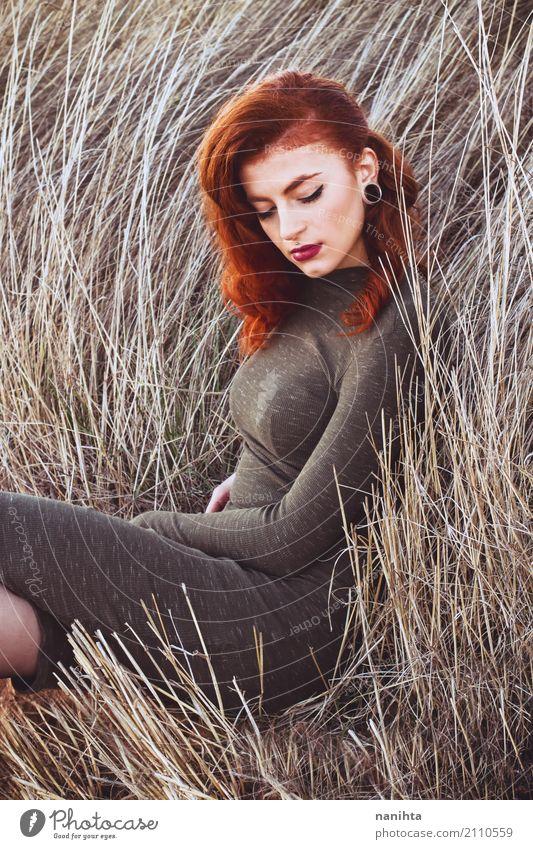 Stilvolle redeehead Frau mit Weinleseart auf einem Gebiet am Herbst Lifestyle elegant Design Schminke Lippenstift Mensch feminin Junge Frau Jugendliche 1