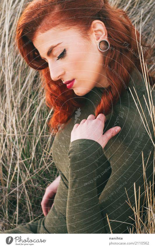 Portrait einer schönen und stilvollen Redheadfrau elegant Stil Schminke Wellness harmonisch Erholung ruhig Mensch feminin Junge Frau Jugendliche 1 18-30 Jahre