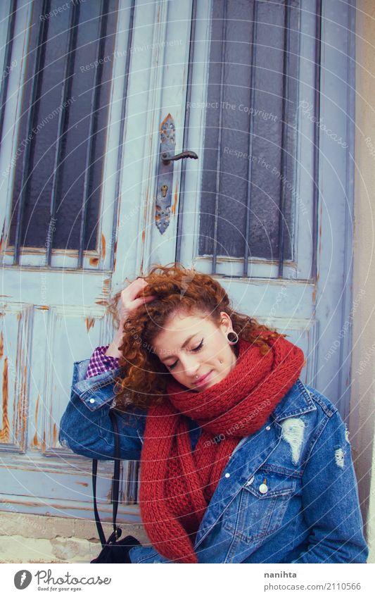 Mensch Jugendliche blau Junge Frau schön rot 18-30 Jahre Erwachsene Lifestyle natürlich feminin Stil Holz Haare & Frisuren Mode Design