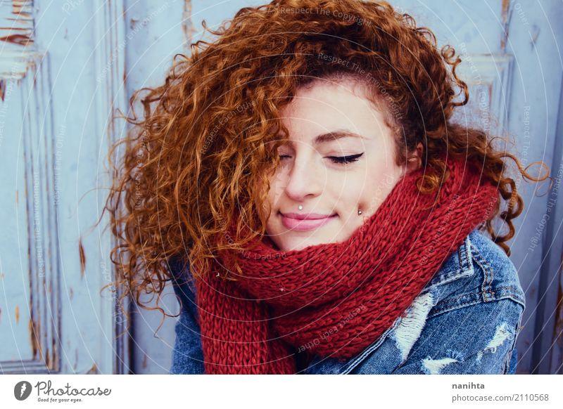 Tragende Winterkleidung der jungen Rothaarigefrau Lifestyle Stil schön Mensch feminin Junge Frau Jugendliche 1 18-30 Jahre Erwachsene Jugendkultur Mode Piercing
