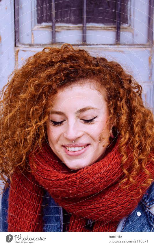 Junge und glückliche Rothaarigefrau mit einem roten Schal Mensch Jugendliche blau Junge Frau schön 18-30 Jahre Erwachsene Leben Lifestyle Gesundheit feminin