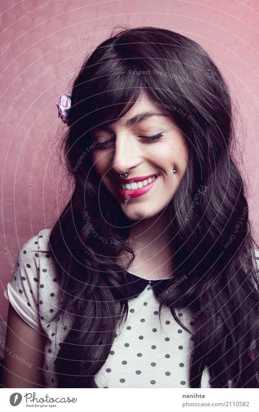 Junge schöne und süße Brünette Frau Lifestyle Stil Haare & Frisuren Gesicht Mensch feminin Junge Frau Jugendliche 1 18-30 Jahre Erwachsene Mode T-Shirt Piercing