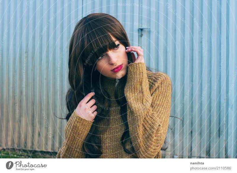 Junge und schöne Brünette Frau Lifestyle Stil Mensch feminin Junge Frau Jugendliche 1 18-30 Jahre Erwachsene Pullover Wollpullover brünett langhaarig beobachten