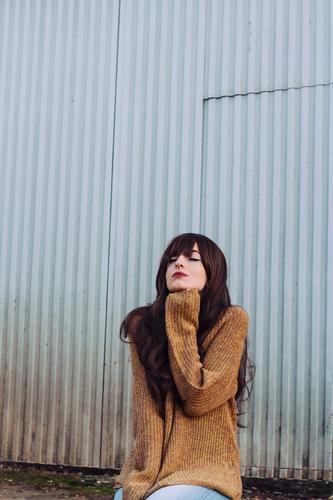 Junge Daydreamer Frau Mensch Jugendliche blau Junge Frau Stadt schön Erholung ruhig 18-30 Jahre Erwachsene Lifestyle feminin Stil Mode Denken braun