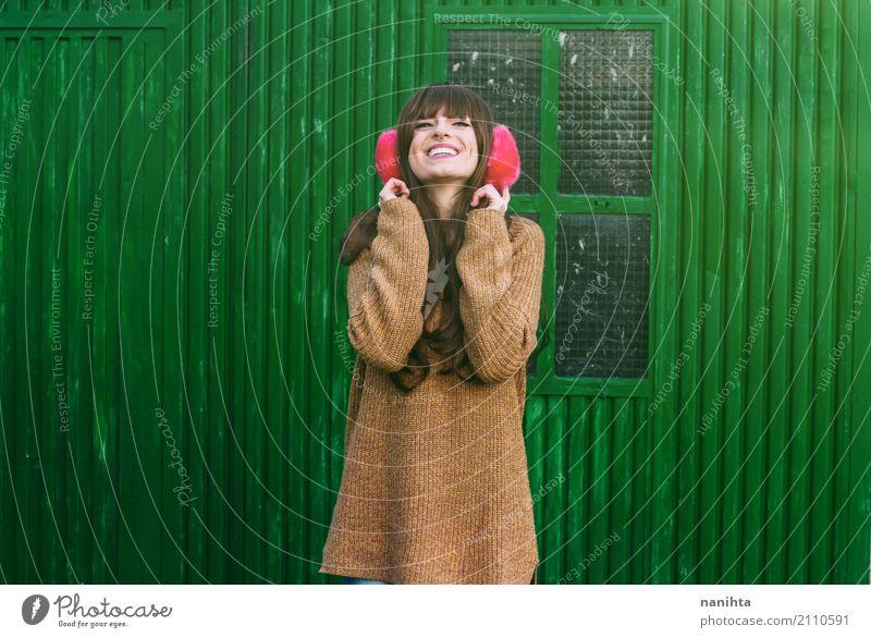 Junge fröhliche Frau mit Winterkleidung Mensch Jugendliche Junge Frau schön grün Freude 18-30 Jahre Erwachsene Leben Lifestyle feminin Stil Mode braun Metall
