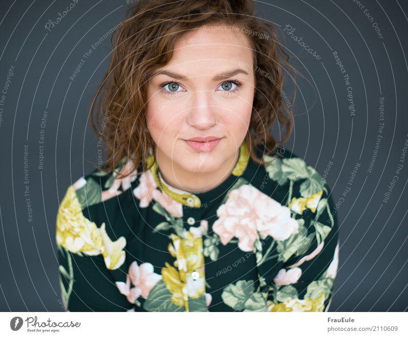 kira feminin Junge Frau Jugendliche Erwachsene 1 Mensch 18-30 Jahre Bluse brünett Locken modern schön Porträt Blumenmuster Farbfoto Studioaufnahme